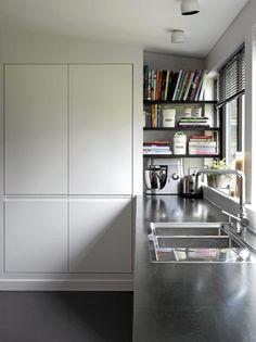 Vinduene langs med kjøkkenbenken slipper inn godt med dagslys, og gjør matlagingen til en lek. Mellom det innebyde oppbevaringsskapet og kjøkkenvinduet er det satt opp hyller for å utnytte plassen maksimalt. Kjøkkeninnredningen er fra Sigdal, og benkeplaten er fra Marbodal. Kitchen Dining, Kitchen Cabinets, Dining Room Inspiration, Home Kitchens, Bookcase, Shelves, Shelf Life, Home Decor, Fill