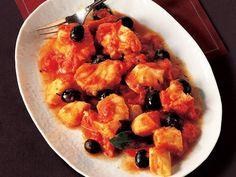 Domates Soslu Balık   Büyük bir tavada, domates, zeytin, yağ, defne yaprağı, kekik, şeker ve bir tutam tuzu ve biber birleştiririn. 20 dakika az ateşte karışımı kaynatın. Karışıma balık filetolarını ekleyin ve karıştırıp 12 dakika kadar daha pişirmeye devam edin. Sıcak servis yapın.