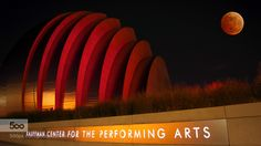 "Great photo. Taken in Kansas City, Missouri at the Kauffman Center for the Performing Arts on the night of the blood moon. The photographer says ""in honor of the Kansas City Chiefs.""      La combinación de color rojo de la luna con el auditorio en r... #GregsMissionBlog"