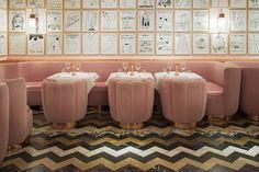 UN DETTAGLIO DELLA SALA  La morbidezza del total pink e del velluto per far risaltare l'umorismo noir delle illustrazioni di David Shrigley