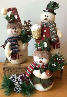 look at this sitting snowman Easy Christmas Ornaments, Felt Christmas Decorations, Christmas Centerpieces, Christmas Snowman, Simple Christmas, Christmas Crafts, Christmas Wreaths, Snowman Crafts, Christmas Projects