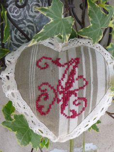 Coeur à suspendre monogramme A rouge ancien et dentelle écru.