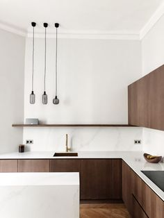 Want to give your kitchen a makeover? Consider one of these best wood kitchen ideas to spruce up the space. Kitchen Inspirations, Dark Wood Kitchens, Wood Kitchen, Kitchen Furniture Design, Modern Walnut Kitchen, Walnut Kitchen, Modern Ikea Kitchens, Minimalist Kitchen, Timber Kitchen