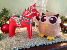 Owly has been introduced to the Swedish Dala Horse. Day 348 of #yearofowly #lifeofowly