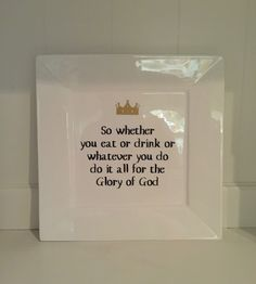 Wit porseleinen bord met mooie tekst. Elke tekst is mogelijk.