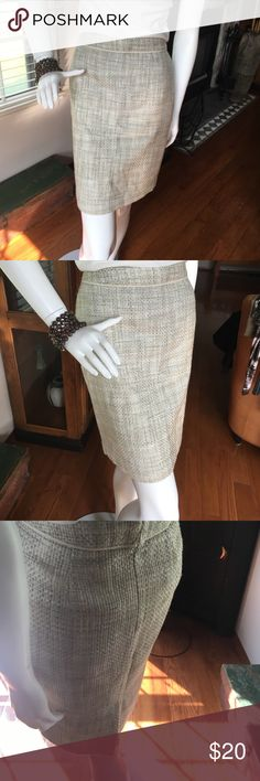 """Banana Republic Cream Tweed Pencil Skirt - 0 GUC Fully lined, and very stylish, this lovely pencil skirt is a perfect weekday staple for your weekday wardrobe. Photo colors very true. Dry Clean. Measurements Laid flat - Waist 15"""", Hip 16.75"""" Length ~19.25"""" Banana Republic Skirts Midi"""