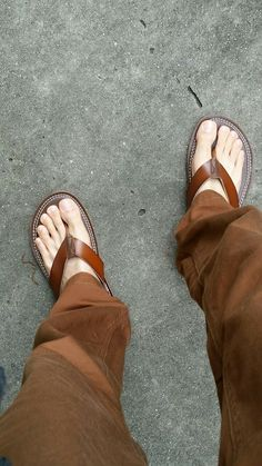 Hairy barefoot men, and other smut Pretty Sandals, Barefoot Men, Foot Toe, Sexy Toes, Male Feet, Long Toes, Celebrity Feet, Male Sandals, Men's Sandals