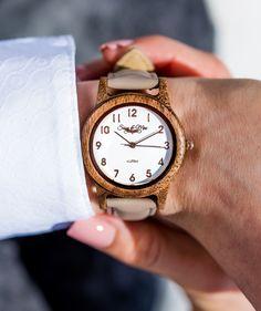 So vielfältig wie die Natur, ist auch die Sissy Kollektion von Waidzeit. So lässt sich das Holzarmband aus Walnussholz ganz einfach gegen ein Leder-  oder Lodenarmband in verschiedenen Naturfarben wechseln. Diese Sissy Uhr besticht zudem auch mit seinem Retrodesign und ist absolut trendig und wunderschön.