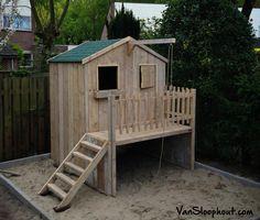 Speelhuisje voor in de tuin, gemaakt van sloophout. Wat wil een kind nog meer?! #speelparadijs