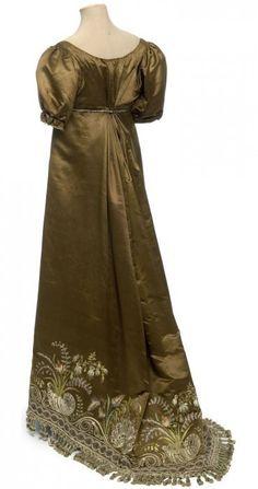 Robe, France, vers 1810 (back)  Satin, broderie au point lancé, application de tulle et paillettes, franges de passementerie
