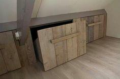 Idée aménagement sous-pente : de grands tiroirs en bois sur roulettes