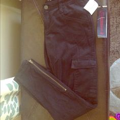 !IT jeans Black cargo skinnies 98% cotton, 2% spandex, black skinnies with zip ankle, cargo pockets on sides, back flap pockets. NWT ($78) from original boutique shop. Size 27/4 IT jeans Pants Skinny
