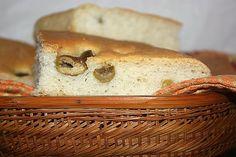 Focaccia con le olive alla paesana e anche questa magari farcita con salumi tenetela a mente per la gita di Pasquetta