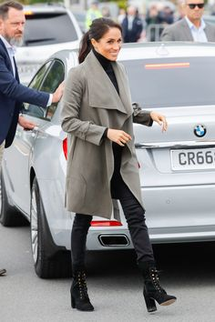 Meghan Markle style and outfits are adored by many fans all over the world. We have collected the best Meghan Markle outfits for you! Estilo Meghan Markle, Meghan Markle Stil, Meghan Markle Dress, Meghan Markle Outfits, Meghan Markle Fashion, Meghan Markle Toronto, Mode Outfits, Chic Outfits, Fashion Outfits