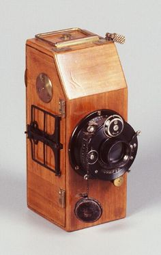 Werke Simons & Co. Sico 1923 Dark brown wooden body with brass trim. The Sico takes number 25 30x40mm exposures on unperforated 35mm paper-backed rollfilm. Iris diaphram to f22. Dial Compur shutter 1-300. An unusual variation has leather-covered body, slightly larger in size, and different controls.