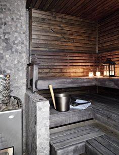 Musta sauna oli talon isännän toive. Lattiassa, seinäkkeessä ja kiukaan taustoissa on käytetty kahta eri Värisilmän laattastudion luonnonkivilaattaa.