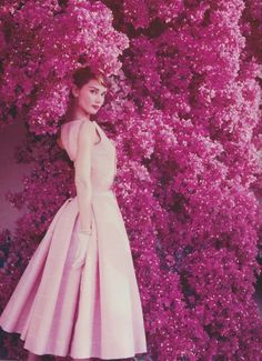 Would absolutely love this! Audrey Hepburn: Pretty in Pink Sophia Loren, photo by Burt Glinn, 1963 Coco Chanel, 1938 Audrey Hepburn Outfit, Audrey Hepburn Photos, Moda Vintage, Style Vintage, Vintage Fashion, Vintage Pink, Dress Vintage, Vintage Beauty, Pink Fashion