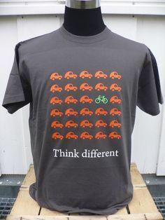 Auf diesem T-Shirt sind Autos und ein Fahrrad das gegen den Strom fährt abgebildet. Es handelt sich um ein unisex-Rundhals T-Shirt (190g/m2) in bes...