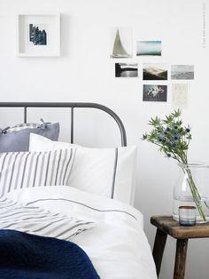 Den inramande sängen är åter på väg in i sovrummen. KOPARDAL med sina grafiska linjer sätter stilen ihop med krispigt vita HÄXÖRT och HÖSTÖGA lakan och det djupblå quiltade överkastet ALINA.