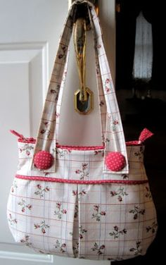 A collection of 15 Purses, Bags and Totes that you can sew! All include free sewing pattern. Show off your style with a cute handsewn bag.