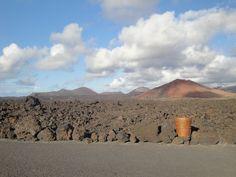 Paisaje volcánico en Lanzarote con papelera de Cesar Manrique