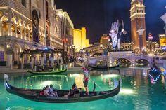 #LasVegas es muchas ciudades en una, conjuga en un solo lugar las mejores características de las más bellas localidades del mundo. #Venecia, por ejemplo, se ve reflejada en el Venetian Hotel, con góndolas, ríos y hasta la música característica de esa ciudad italiana. #Ojalaestuvierasaqui