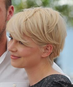 Michelle Williams Short Hairstyles: A side view of her short hairstyle