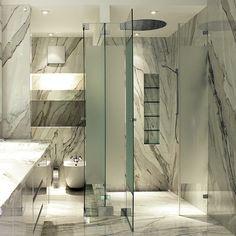 Badkamer in marmer met gezandstraalde douchewand