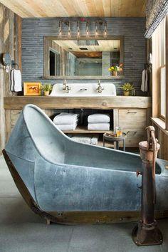 Rustique et industrielle, cette salle de bains surprend avec son côté original