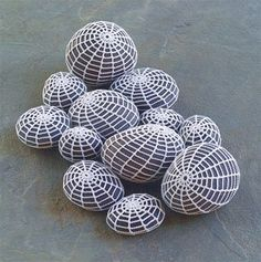 alice brans posted crochet rock fish to their -crochet ideas and tips- postboard via the Juxtapost bookmarklet. Pebble Painting, Pebble Art, Stone Painting, Stone Crafts, Rock Crafts, Arts And Crafts, Art Au Crochet, Knit Crochet, Crochet Filet