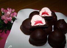 Ποιος δεν λατρεύει τα σοκολατάκια?Είναι απο τα γλυκά που δεν λείπουν σε καμία γιορτή.Ειδικά αν ειναι και kiss! ΥΛΙΚΑ: • 1 κουτί μπισκότα OREO • 1 σακουλάκι mursmallows σε μπάλες με γεύση φράουλα! • 2-3 κουβερτούρες ΕΚΤΕΛΕΣΗ: • Χωρίζουμε τα μπισκοτάκια Cookbook Recipes, Cooking Recipes, Little Bites, Fruit Drinks, Easy Desserts, Fudge, Tart, Strawberry, Sweets