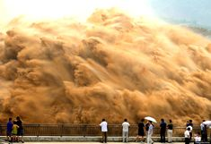 Open the floodgates: Millions of tonnes of silt forced downstream through giant dam in China.I don't think I'd be standing that close! In China, Tornados, Open The Floodgates, Yellow River, Dramatic Photos, Huge Waves, Natural Phenomena, Natural Disasters, Tsunami