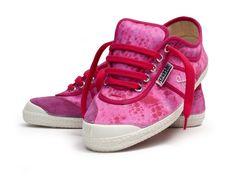Unas #sneakers #Kawasaki únicas para la Lucha Contra el Cáncer de mama #footwear #cancer