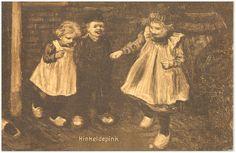 Het hinkelen door drie kinderen met klompen op het erf - 1900 #NoordBrabant