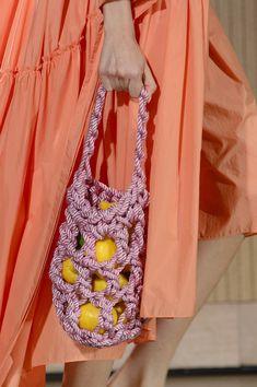 Rejina Pyo at London Fashion Week Spring 2018 - Details Runway Photos Summer Handbags, Best Handbags, Fashion Week, Girl Fashion, Fashion Design, Milan Fashion, Beaded Bags, Woven Bags, Textiles