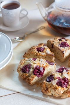 Scones amandes et framboises   Objectif : Zéro Miette! Desserts With Biscuits, Dessert Biscuits, Brunch, Cupcakes, Biscotti, Sweet Recipes, French Toast, Muffins, Cookies