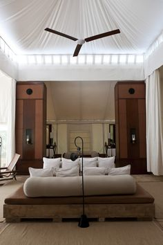 44 Amazing Home Interior Design Ideas With Resort Theme - DECORKEUN - 44 Amazing Home Interior Design Ideas With Resort Theme 44 Amazing Home Interior Design Ideas With Resort Theme - Interior Design Inspiration, Home Interior Design, Design Ideas, Beautiful Room Designs, Resort Interior, Indian Living Rooms, Indian Interiors, Hotels, Simple Bed