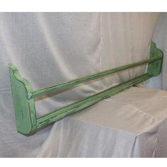 Weekend sjov med Antibes Green tonet ned med Old White til en mintgrøn og malet over 1 x over en grøn tallerkenrække og slebet ned til slidt look og vokset med lys voks.