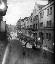 Niezwykłe zdjęcie wykonane z balkonu mieszkania przy Stern Str. 13 (ul. H. Sienkiewicza), przesłane przez p. dr. Petera Macha,  którego babcia widoczna jest na zdjęciu, jako kobieta niosąca torbę w lewej ręce, znajdująca się pośrodku jezdni.  Zdjęcie ukazuje bezrobotnych stojących przed Urzędem Pracy w dniach Wielkiego Kryzysu.W tle Gneisenau Platz (pl. gen. J. Bema), po prawej budynek ob. Radiotechniki Rok 1929 Poland, Home And Family, Street View, Places, Historia, Lugares
