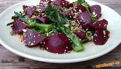 Skvělý salát z červené řepy Healthy Low Calorie Dinner, 500 Calorie Dinners, Raw Food Recipes, Salad Recipes, Healthy Recipes, Broccoli Salad, Vegetable Salad, State Foods, Avocado Pesto