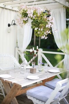 Front porches and back patios are our favorite spots to relax in the warmer months. Make yours your favorite escape, too, with these outdoor Baños Shabby Chic, Cocina Shabby Chic, Shabby Chic Office, Shabby Chic Interiors, Shabby Chic Living Room, Shabby Chic Kitchen, Shabby Chic Homes, Shabby Chic Furniture, Outdoor Rooms
