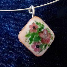 Collier romantique en émail grand feu, carré  aux petites fleurs roses Enamel necklace with little pink flowers