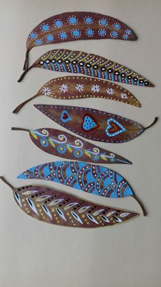 Yaprak Feather Painting, Feather Art, Dot Painting, Leaf Crafts, Feather Crafts, Autumn Crafts, Nature Crafts, Painted Leaves, Painted Rocks