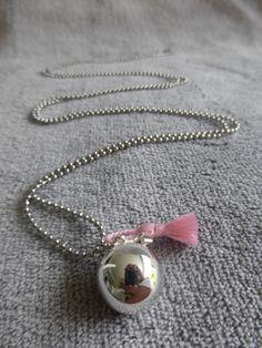 Bola de grossesse lisse argenté, avec un pompon rose pale en soie et une étoile, en sautoir : Maman par bola-de-grossesse