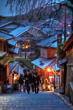 thekimonogallery:  ourbedtimedreams:  Japan Kyoto . 日本.京都...
