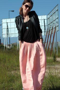 great look. pink silky w/tough girl leather jacket top. bubble gum rocker. COMPARTE MI MODA:   Texturas y falda larga