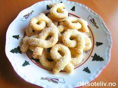 """""""Berlinerkranser"""" er en skikkelig juleklassiker og er en av mine yndlingskaker! Småkakene har en nydelig smak og smelter nærmest på tungen. Deigen kjenntegnes av at den inneholder både rå og kokte eggeplommer! Oppskriften gir 40 stk."""