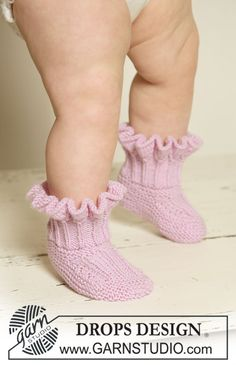 """DROPS booties with flounces in """"Baby Merino"""". ~ DROPS Design-Free pattern"""