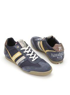 Blauwe sneakers van Pantofola d'Oro. De schoenen hebben stiksels ter decoratie en gele en grijze details. Zowel het bovenwerk als de binnenvoering is gemaakt van een combinatie van leer en textiel. Het voetbed is uitneembaar.