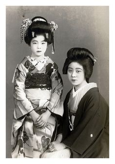 Geisha 1910 - a maiko and her older sister sit for a photo. The maiko who is standing is making her debut Japanese Geisha, Japanese Beauty, Vintage Japanese, Asian Beauty, Vintage Pictures, Old Pictures, Old Photos, Samurai, Japan Art